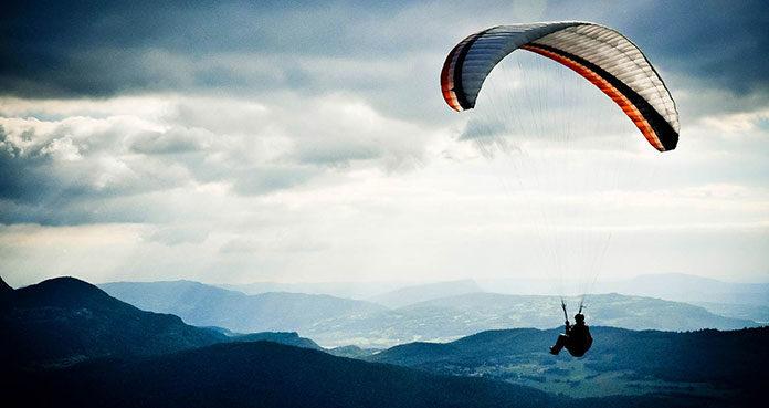 Skok ze spadochronem - czy to dobry pomysł na prezent?